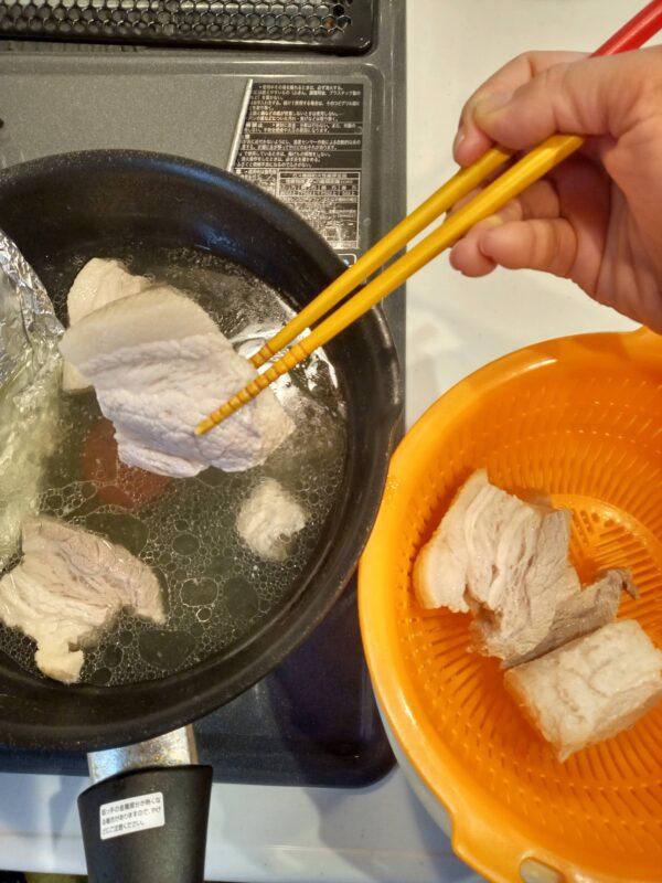 下ゆで20分直後のラフテー炊飯器VS鍋9